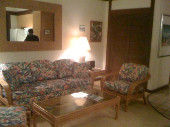 Kiahuna Plantation Resort: living room