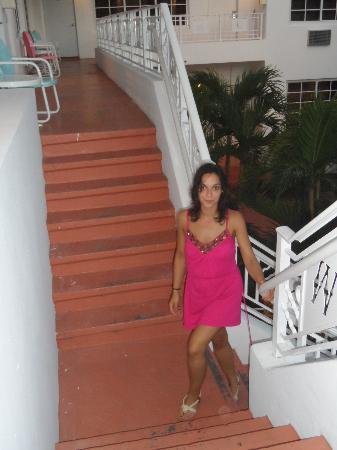 Tradewinds Apartment Hotel: las escaleras para subir a nuestro apto
