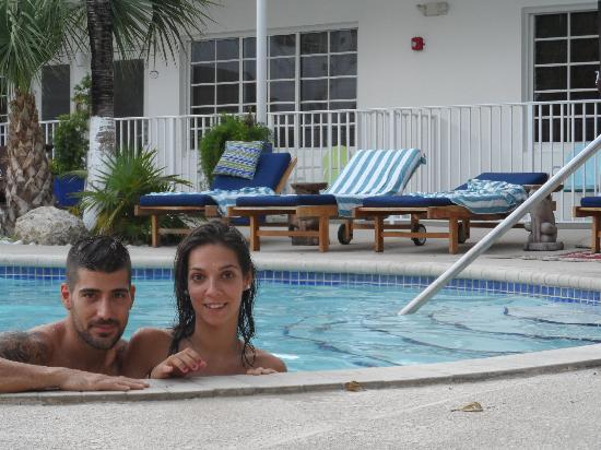 Tradewinds Apartment Hotel: piscina