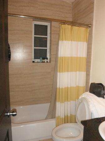 Tradewinds Apartment Hotel: baño