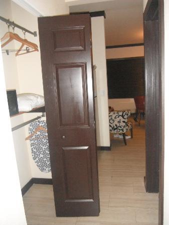 Tradewinds Apartment Hotel: ropero donde esta la caja fuerte entre el baño y la habitacion