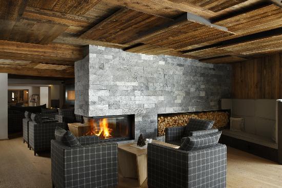 Hotel Col Alto: La nuova hall con caminetto - The new lobby with fire place