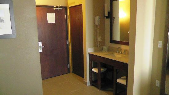 Comfort Inn & Suites: Ausgelagerter Waschbereich