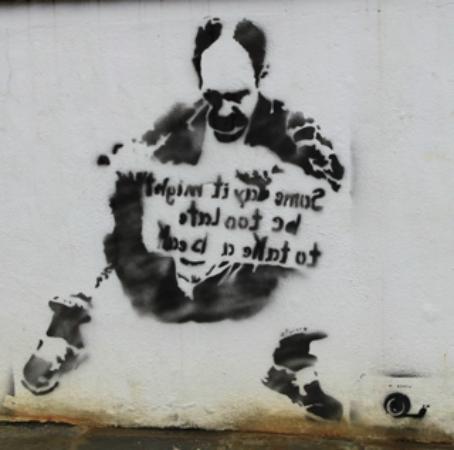Sao Miguel, Portugal: Spraypaint on the sidewalk wall