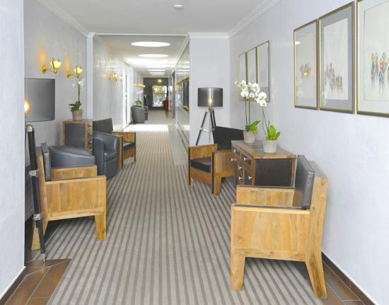 Drake Longchamp: corridor