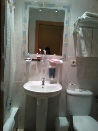 Hostal Benamar: salle d'eau, pas très grande mais suffisante et nickel