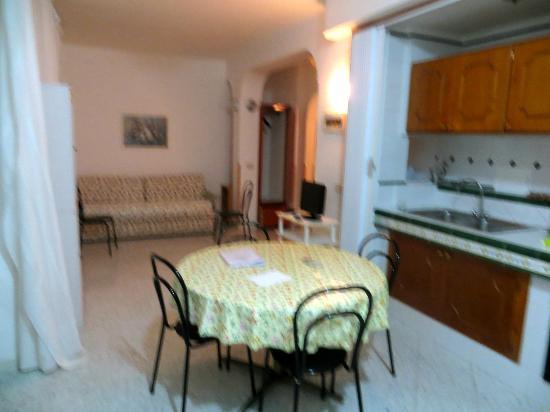 ريزيدانس جوكسي دي كابري: Living room and kitchen 
