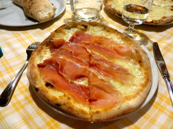Residence Gocce di Capri: Parma pizza at the residence restraunt