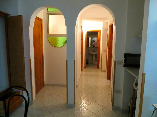 Residence Gocce di Capri: hall to the 3 bedrooms and 2 bathrooms