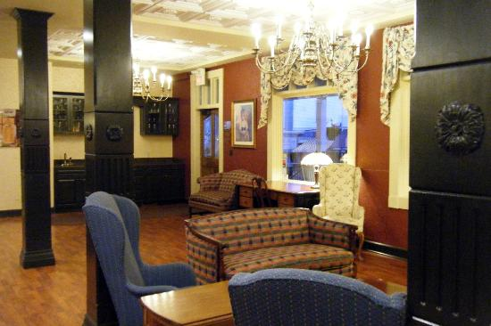 Lake View Hotel: Lobby, view from near the front desk