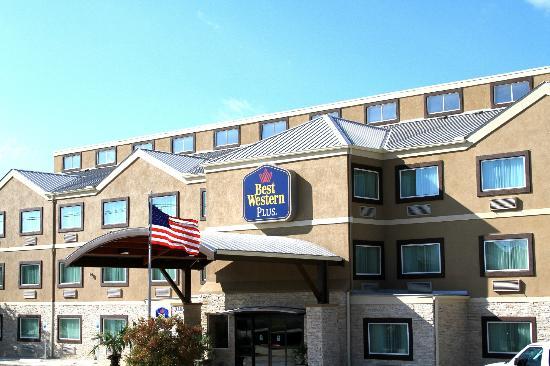 Best Western Plus Arlington North Hotel & Suites: Hotel Entrance