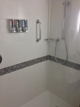 Hampton by Hilton Birmingham Broad Street: smart clean bathroom.