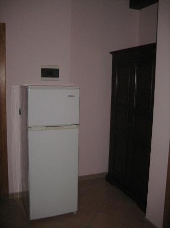 B&B La Dimora: Refrigerator and closet