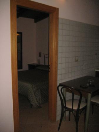 B&B La Dimora: Into bedroom from diningroom