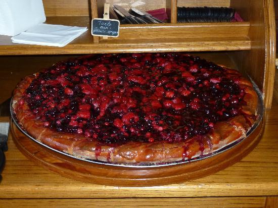 tarte aux fruits rouges picture of chez germaine aubrac. Black Bedroom Furniture Sets. Home Design Ideas