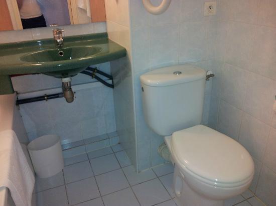 Ibis Budget Montpellier Sud Près d'Arenes: Et encore, vous ne voyez pas le raccord robinet côté WC