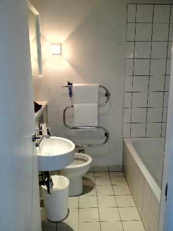 Auckland Harbour Oaks: Shared Bathroom