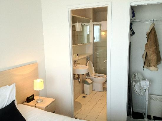 Auckland Harbour Oaks: Master room with attached bath