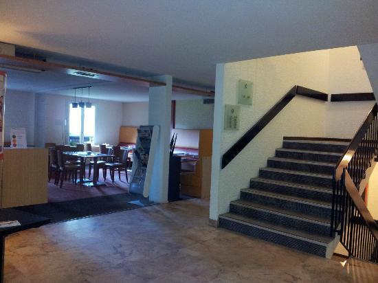 Novotel Chateau de Maffliers: salle à manger sur la gauche + escalier qui mène aux chambres