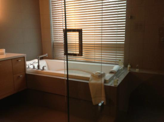 Brentwood Bay Resort & Spa: tub for two