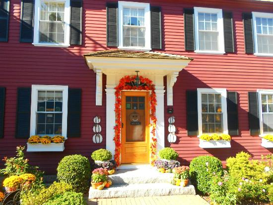 Morning Glory Bed & Breakfast: front of the adorably decorated Bed and Breakfast