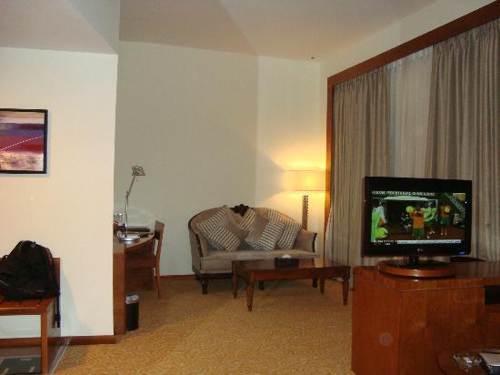 Landmark Hotel: Coin salon dans la chambre