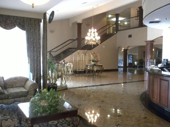 Best Western Plus Heritage Inn: The grand foyer and reception area