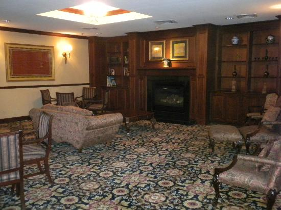 Best Western Plus Heritage Inn: Bar and Library Area where the Manager's Reception is held M-Th from 5PM to 6:30PM