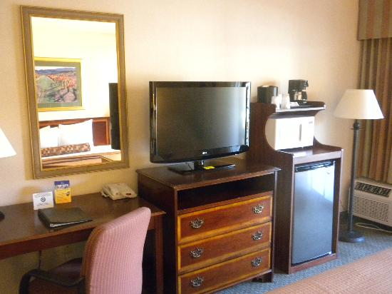 BEST WESTERN PLUS Heritage Inn: Desk, flat screen TV, refrigerator, and microwave in Room #333