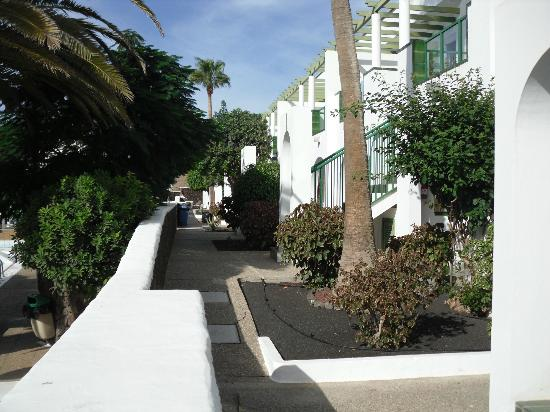 Apartamentos Guacimeta Lanzarote: Path from Room to Pool