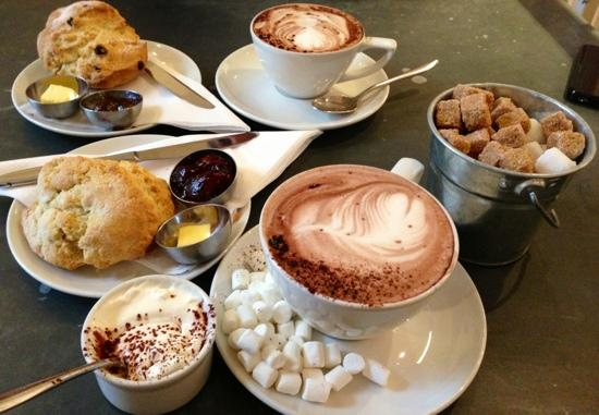 Riverhill Deli & Cafe: Lovely coffee, hot choc & scones