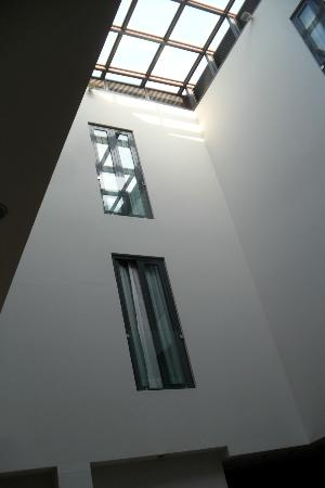 ‪هوتل إيه إيه سي آر ميوسيو: looking up into atrium, some rooms look out over the atrium‬