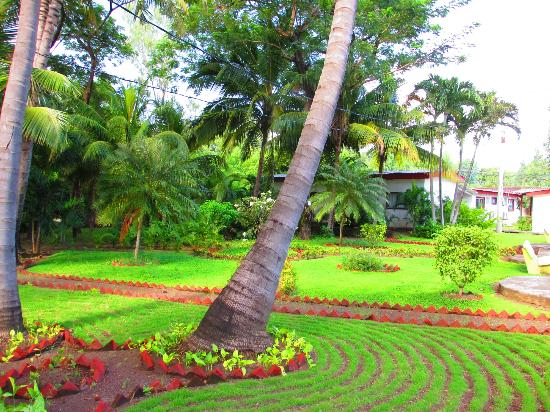 Best Western Las Mercedes: Lush Grounds