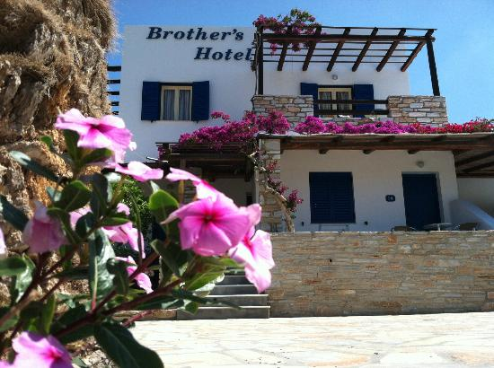 Brothers Hotel: Entrance