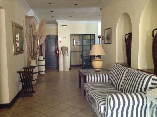 لولي جارديم هوتل: reception area