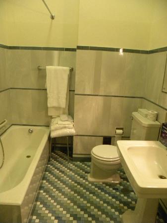 Grand Hotel & La Pace: LOS ALBORNOCES SOBRE UN TABURETE DE FORMICA. TODO UN 5 ESTRELLAS