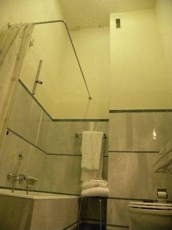 Grand Hotel & La Pace: HUMEDADES EN EL BAÑO... TAMBIEN