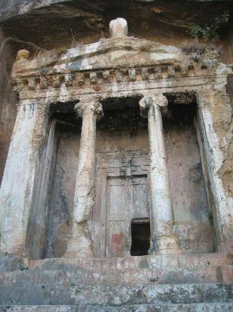Playa Calis: Amynthas rock tomb