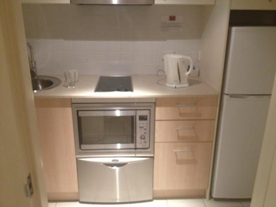 Pennant Hills Waldorf Apartment Hotel: kitchenette