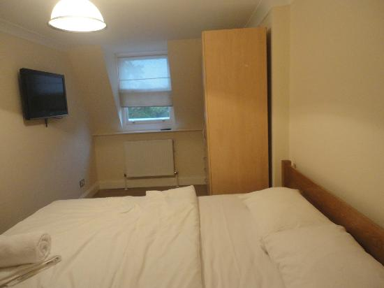Earls Court Studios: King Double room with a tv