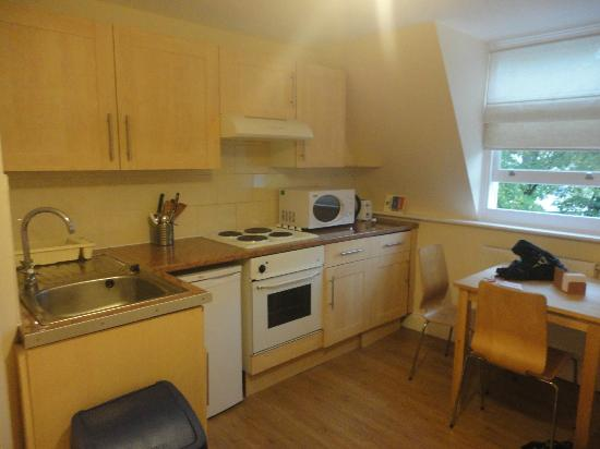Earls Court Studios: Kitchen with table and single bed