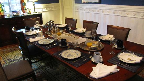 Five Continents Inn: The table laid out for breakfast!