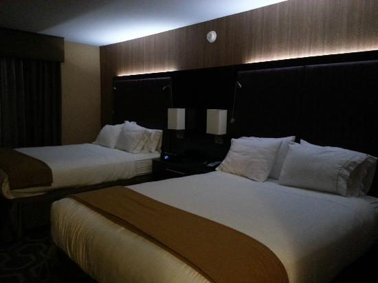 Holiday Inn Express Hotel & Suites: Bed