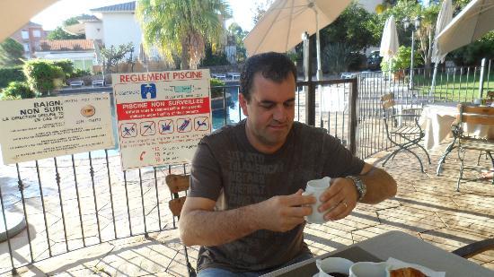 Hotel La Solenzara : mio marito intento a far colazione