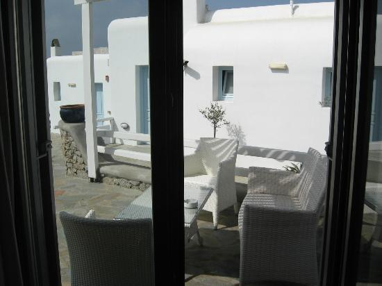 Ξενοδοχείο Δηλιάδες: Common front patio, outside sitting area of suite