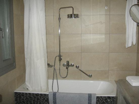 Deliades Hotel: Awesome shower head, although I wasn't sure how to adjust the height...