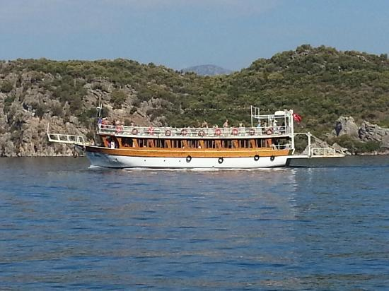 Neilson Adakoy Beachclub: boat passing by the island