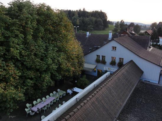 Hotel Restaurant Postli: Appartement West - Blick von der Terrasse auf das Grillstübli mit Grotto links