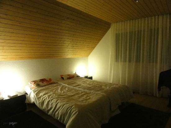 Hotel Postli: Grosses Schlafzimmer des Appartements West