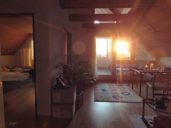 Hotel Restaurant Postli: Appartement West - Schlaf und Wohnzimmer, Terrasse - links und hinten die Strassenseiten